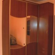 szafa w rogu pomieszczenia, drzwi przesuwne łączone, płyta i lustro