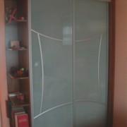 szafa wolnostojąca, drzwi z lacobelu z naklejkami szprosami, półokrągłe półki