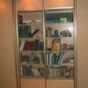 szafa z drzwiami przeszklonymi, łączonymi z płytą