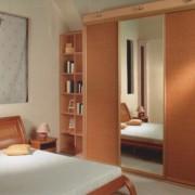 szafa wnękowa, drzwi podświetlane, przesuwne, lustro i rattan, półki na książki