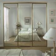 szafa w sypialni z drzwiami przesuwnymi z luster