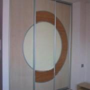 szafa wnękowa, drzwi przesuwne łączone z płyty, rattanu i lacobelu