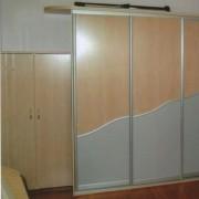 drzwi przesuwne łączone, płyta i lacobel i komoda z drzwiami na zawiasach