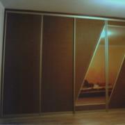 szafa z drzwiami przesuwnymi z rattanu i lustra