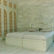 szafa w sypialni, zdobione drzwi na zawiasach