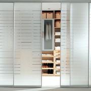 drzwi przesuwne do garderoby z mlecznego szkła