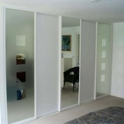 szafa wnękowa, drzwi przesuwne z płyty i lustra piaskowanego