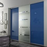 szafa wnękowa, drzwi przesuwne, niebieskie szkło i piaskowane szkło