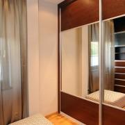 szafa w sypialni, dwudrzwiowa, drzwi przesuwne z płyty i lustra