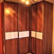 szafa w rogu pomieszczenia, drzwi przesuwne łączone, płyta i lacobel