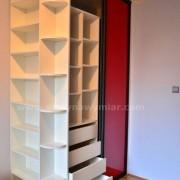 półki na książki, półki zaokrąglone, drzwi przesuwne z kolorowego szkła
