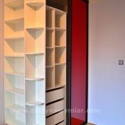szafa z drzwiami przesuwnymi z czerwonego szkła, białe półki