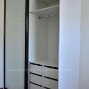 szafa z drzwiami przesuwnymi, szuflady, drążek