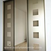 szafa w sypialni, drzwi przesuwne z piaskowanego brązowego lustra